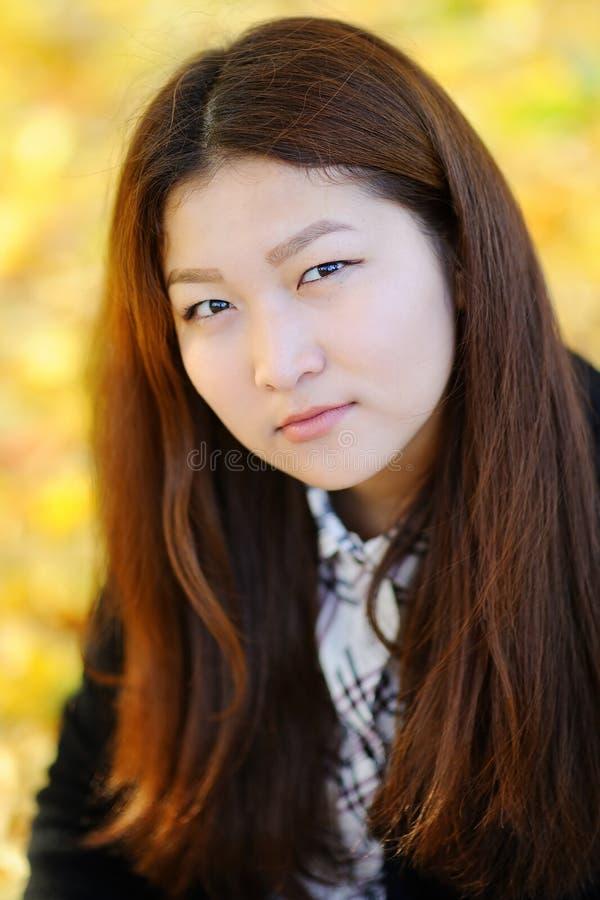 Nätt asiatisk för flicka stående utomhus royaltyfri fotografi