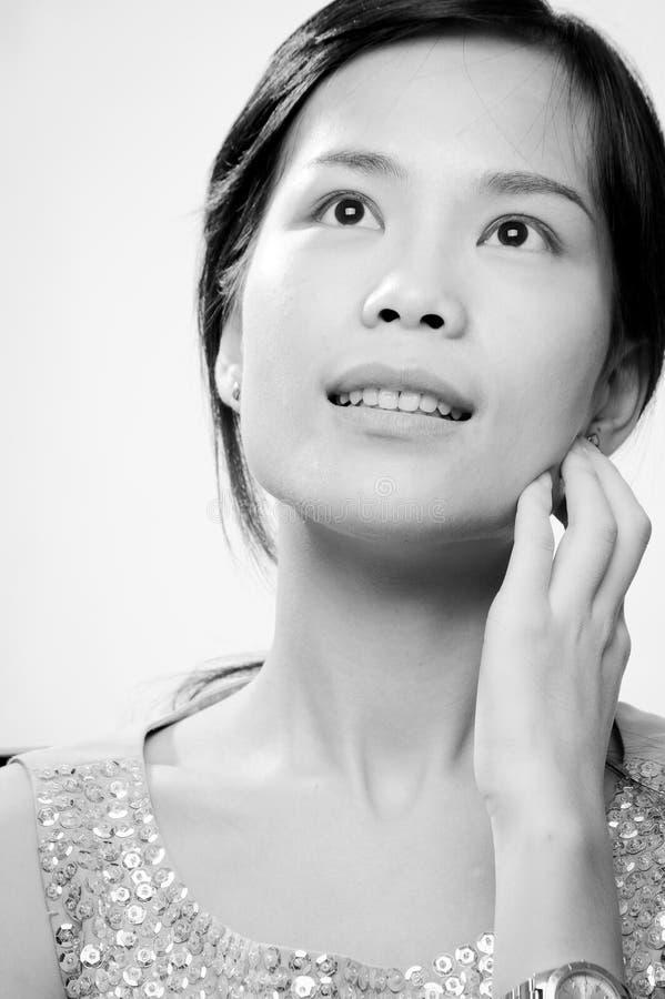 Nätt asiatisk kvinna djupt i tanke fotografering för bildbyråer