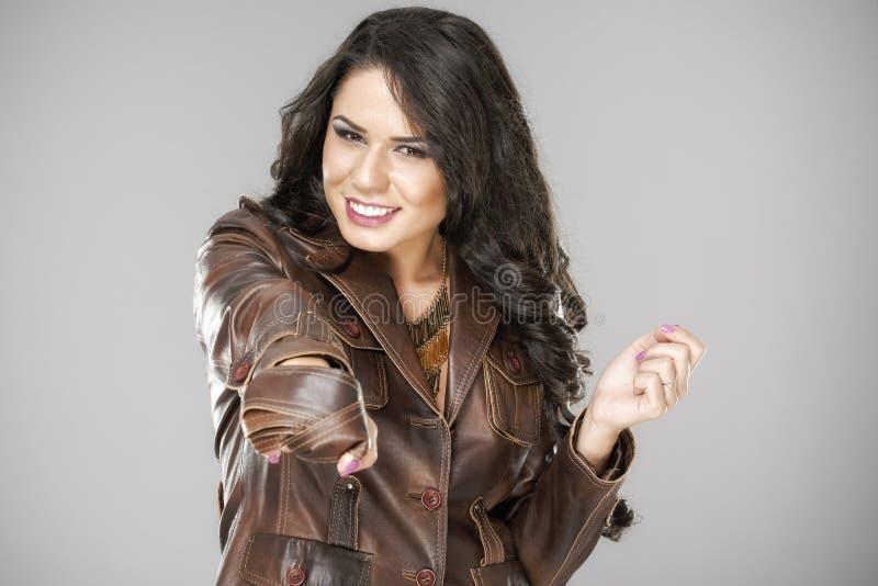 Nätt attraktiv kvinna i brunt omslag royaltyfri bild