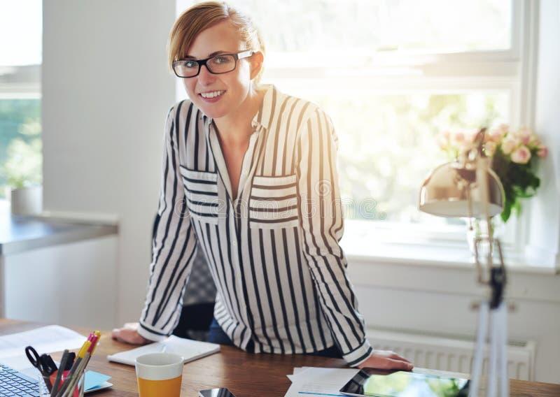 Nätt attraktiv kvinnlig entreprenör royaltyfri foto