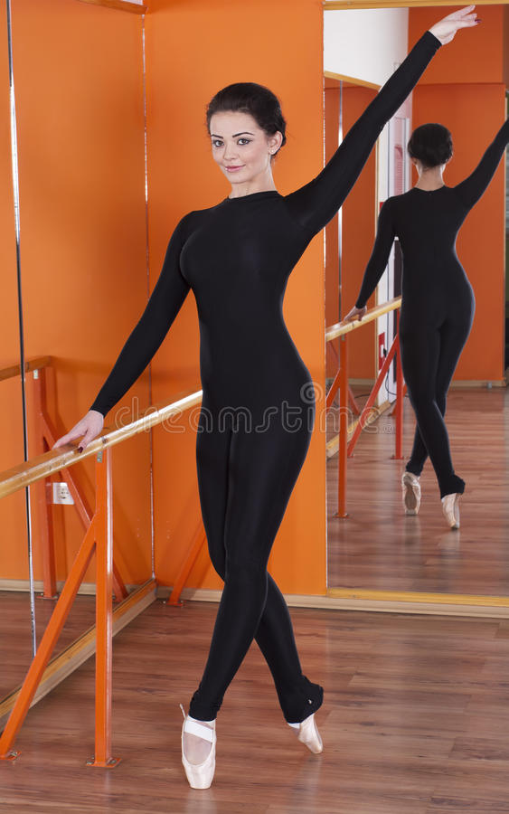 Nätt ballerina i utbildning royaltyfri foto
