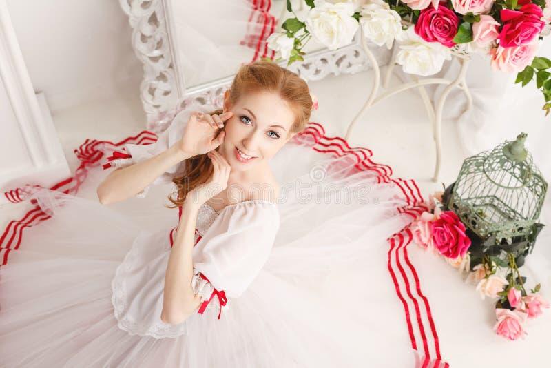 Nätt ballerina och buketter av blommor royaltyfri fotografi