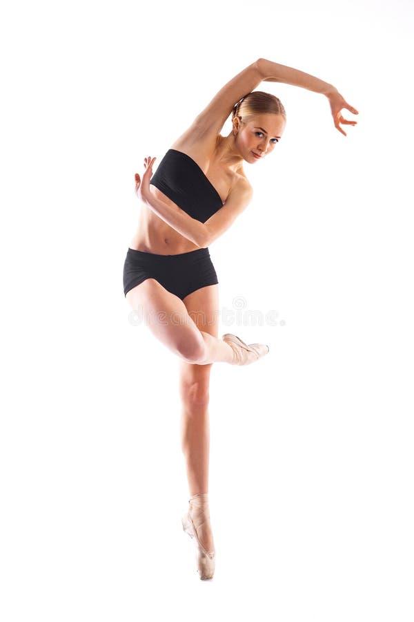 Nätt ballerina som poserar vit bakgrund för pn i utbildningsdräkt arkivfoton