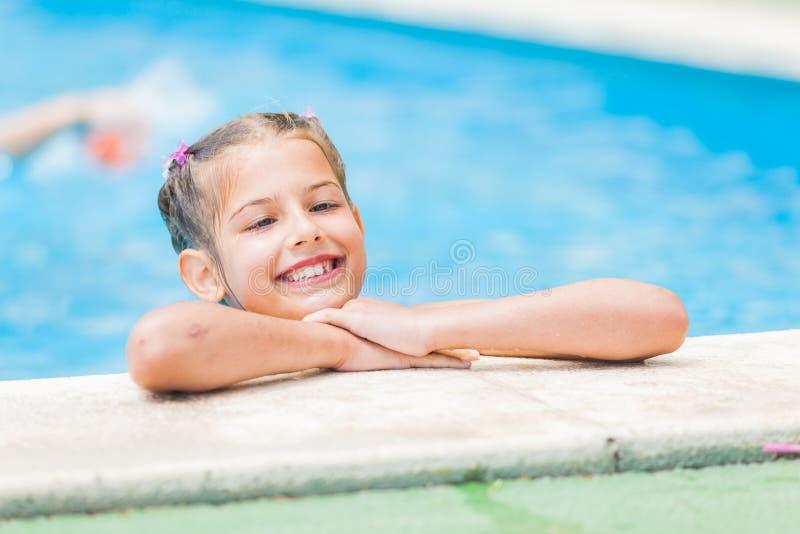nätt barn för flickapöl arkivfoton