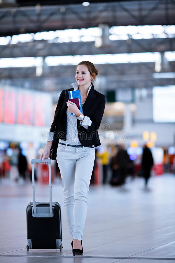 nätt barn för flygplatskvinnligpassagerare royaltyfri fotografi