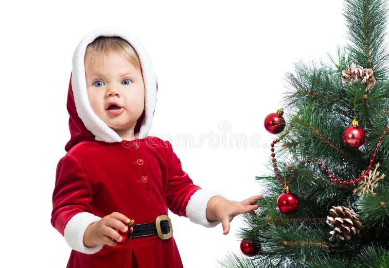Nätt behandla som ett barn dekorera den isolerade julgranen arkivfoton