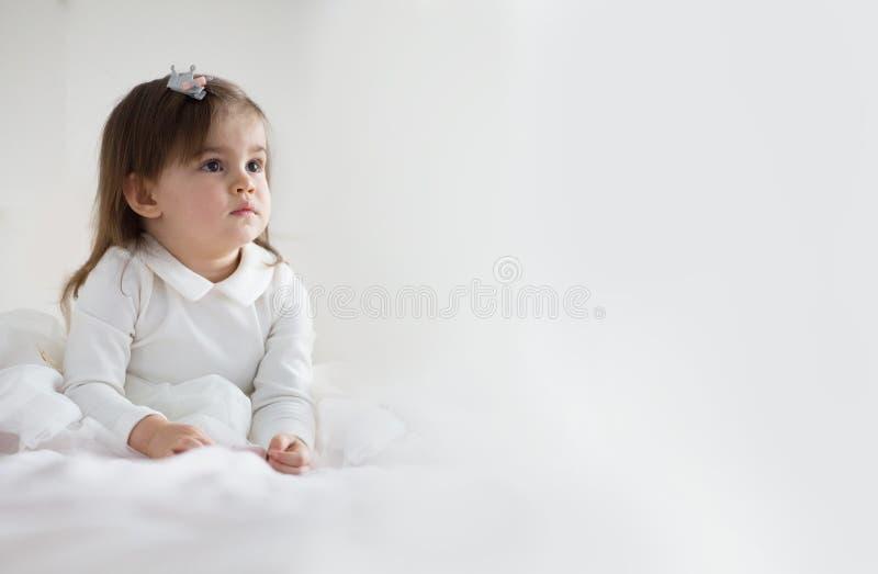 Nätt behandla som ett barn flickan i den vita klänningen arkivfoto