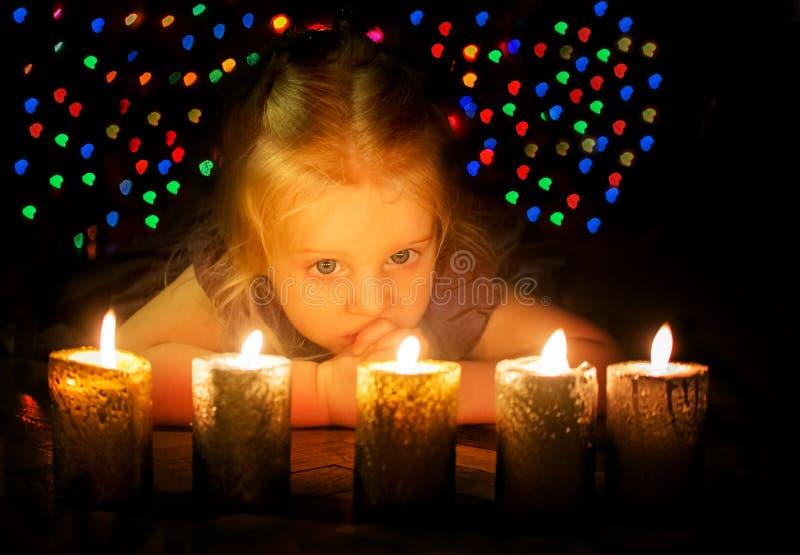 Nätt behandla som ett barn väntande på jul för flickan arkivfoton