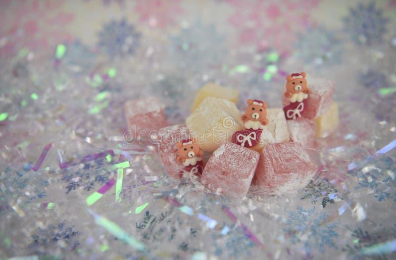 Nätt bild för julmatfotografi av geléfester för turkisk fröjd och den gulliga nallebjörnen som lagerför med is garneringar royaltyfria bilder