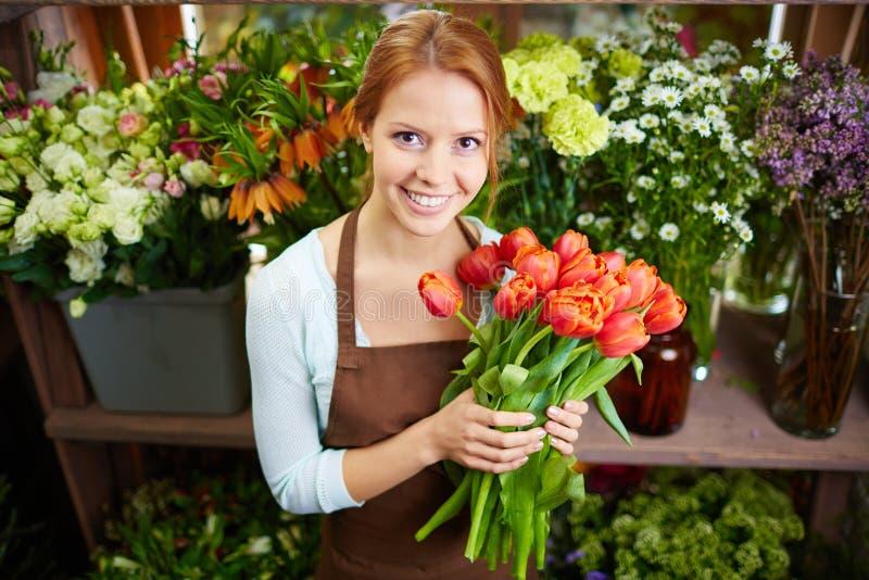 Nätt blomsterhandlare royaltyfri fotografi