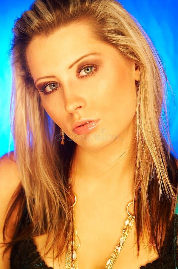 Download Nätt blond flicka arkivfoto. Bild av lampa, varmt, annonsering - 504516