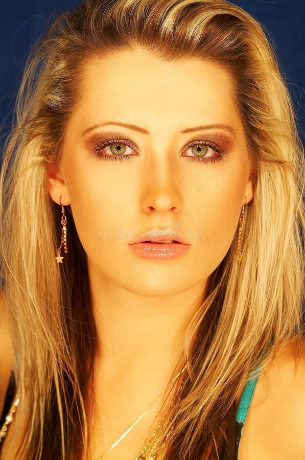 Download Nätt blond flicka fotografering för bildbyråer. Bild av uttryck - 504517
