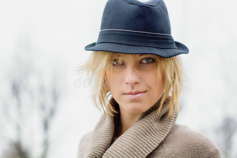 Nätt blond flicka med fedorahatten arkivfoto