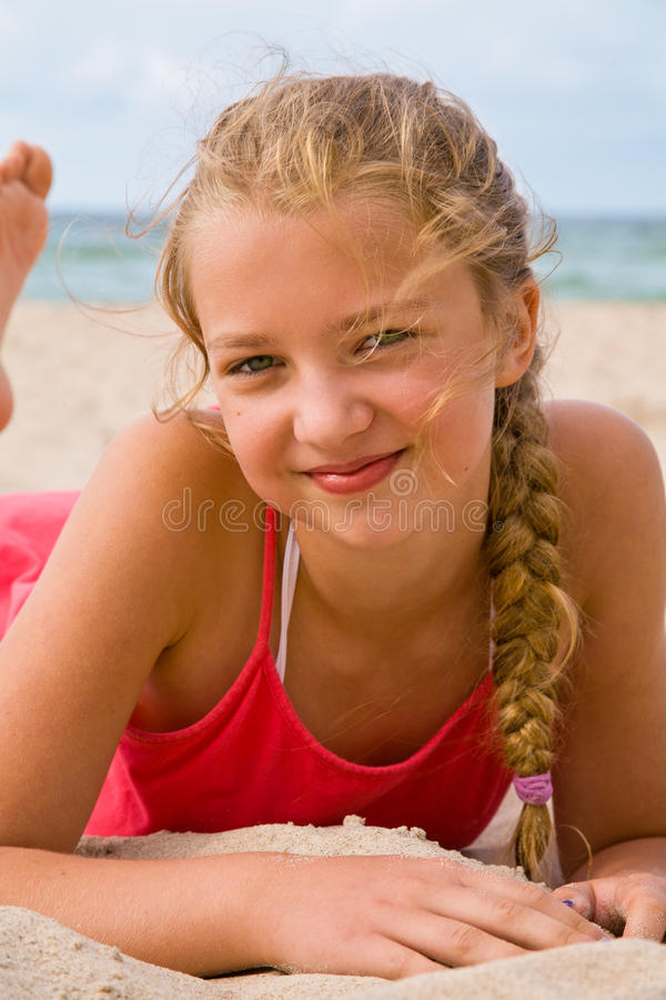 Nätt blond flicka på stranden royaltyfri fotografi