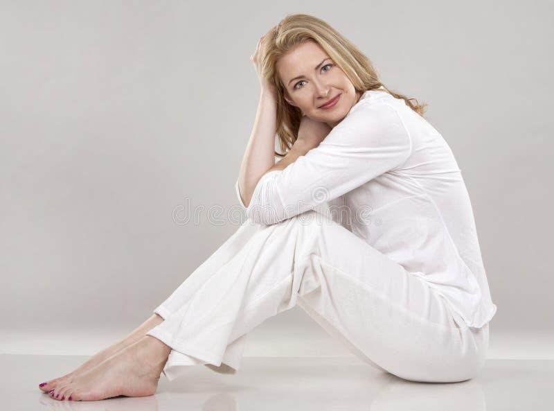 Kvinna i vit fotografering för bildbyråer