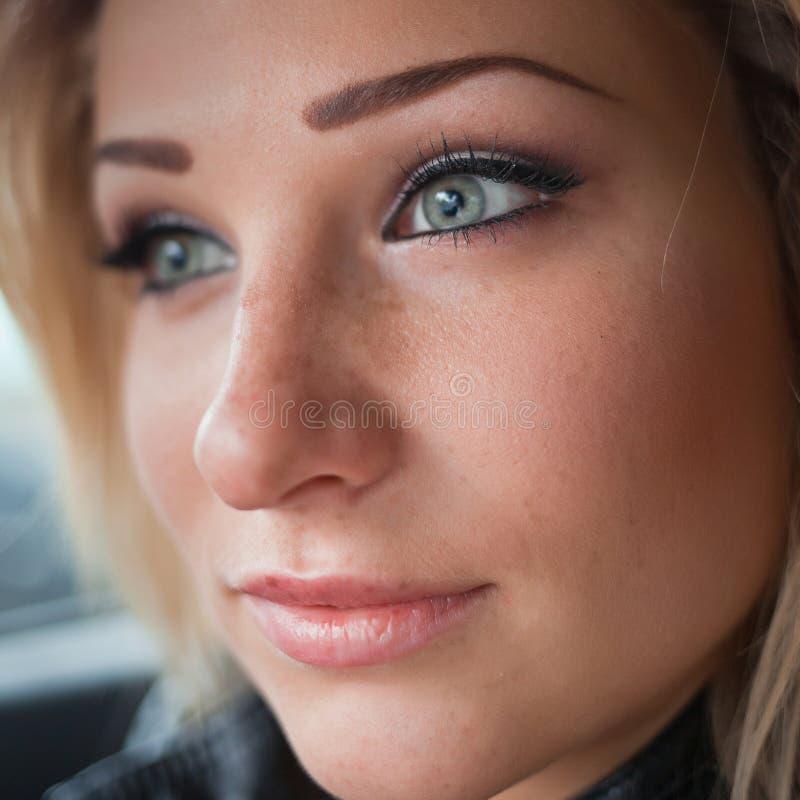 Nätt blond kvinna fotografering för bildbyråer