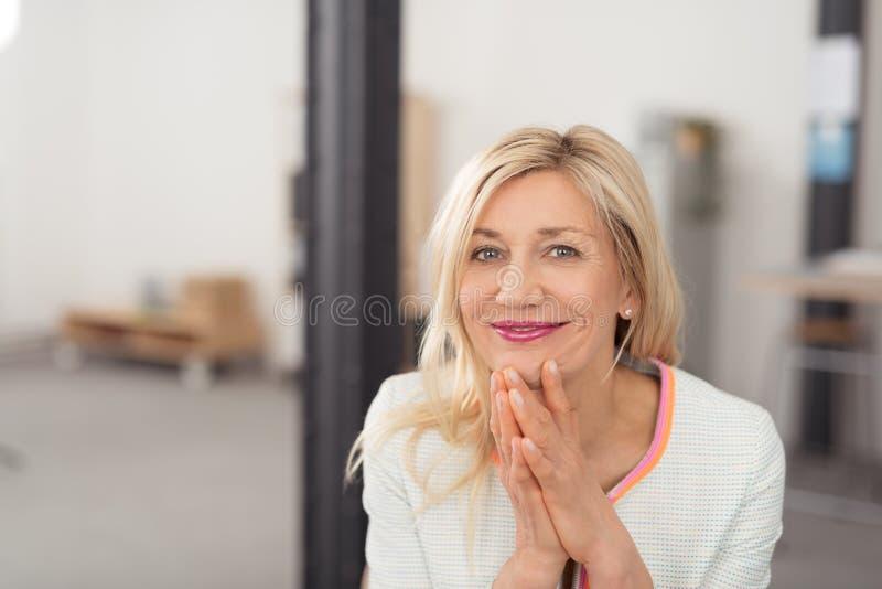 Nätt blond kvinna med ett stråla leende royaltyfri fotografi
