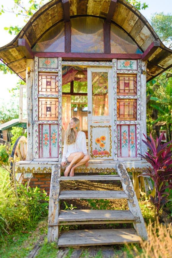 Nätt blond kvinna och zigensk husvagn 2 för antikvitet royaltyfri foto