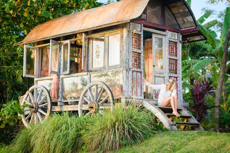 Nätt blond kvinna och zigensk husvagn 6 för antikvitet royaltyfria bilder