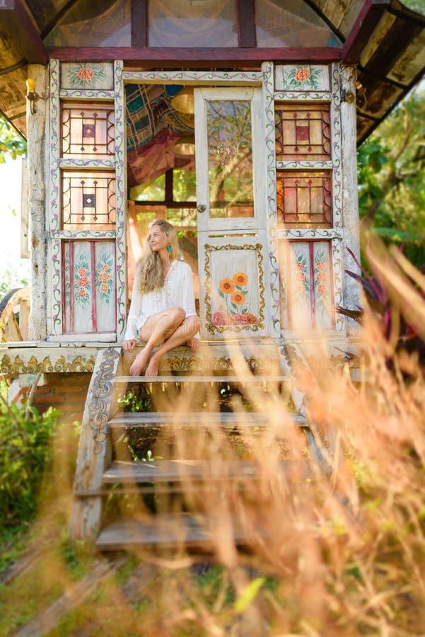 Nätt blond kvinna och zigensk husvagn 5 för antikvitet royaltyfria foton