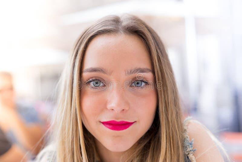 Nätt blont millenial och livsstilbegrepp för tonåring för stående, royaltyfri foto