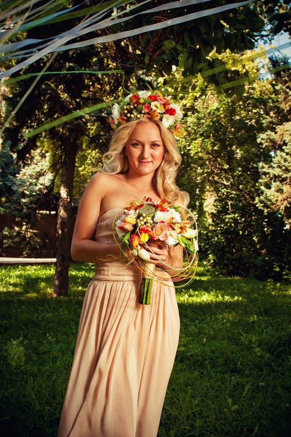 Nätt brud med blommor fotografering för bildbyråer