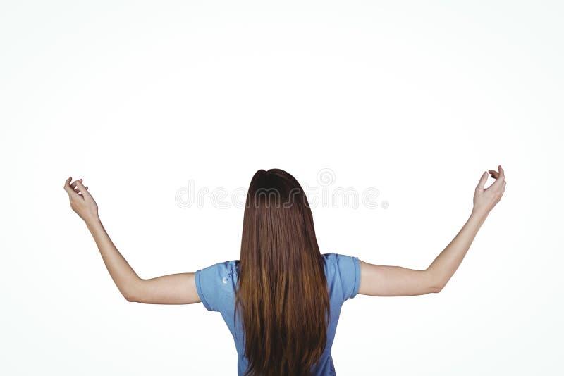 Nätt brunett med lyftta armar royaltyfri fotografi