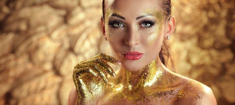 Nätt brunettdam med guld- hud fotografering för bildbyråer