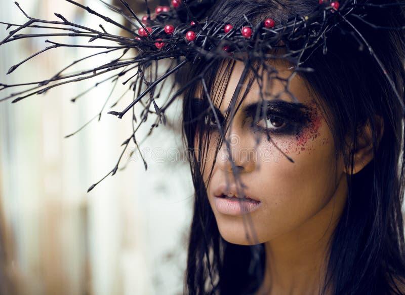 Nätt brunettkvinna med smink som demon arkivbilder