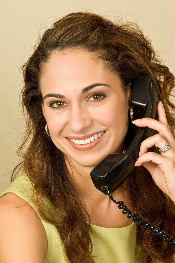 nätt brunetttelefon arkivbild