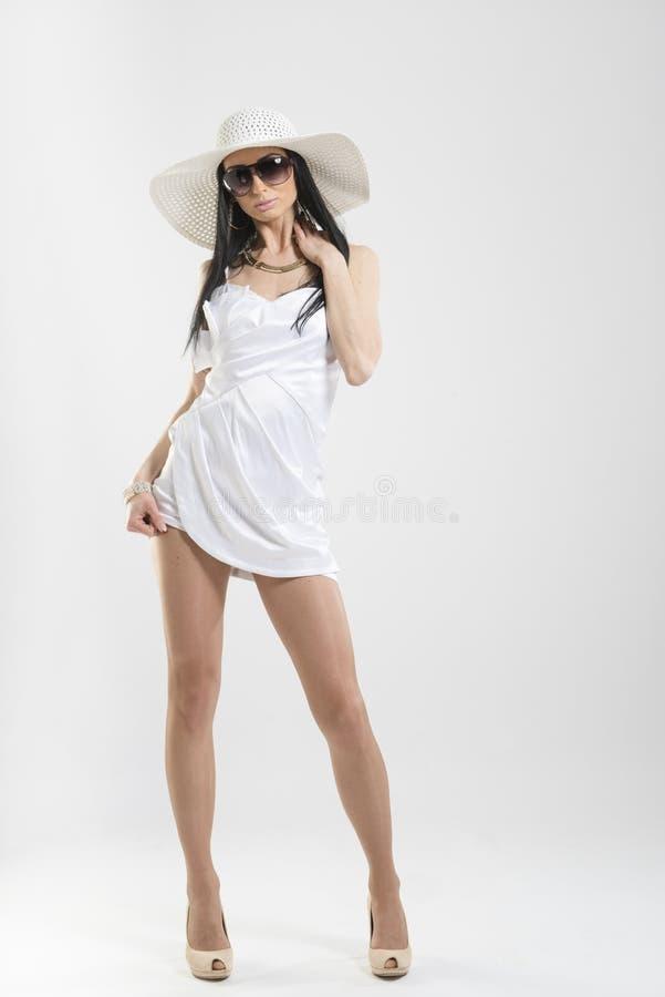 Nätt Caucasian kvinna i den vita klänningen arkivfoto