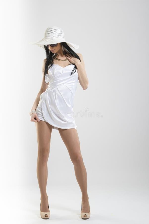 Nätt Caucasian kvinna i den vita klänningen arkivbilder