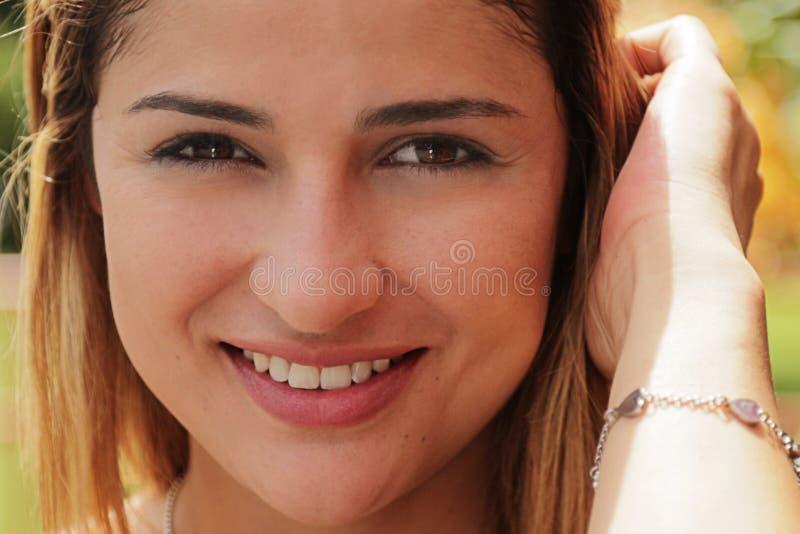 Nätt colombiansk flicka för stående som ser att le för kamera fotografering för bildbyråer
