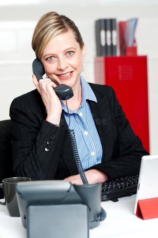 Nätt dam för främre skrivbord som deltar i klientappell arkivbilder