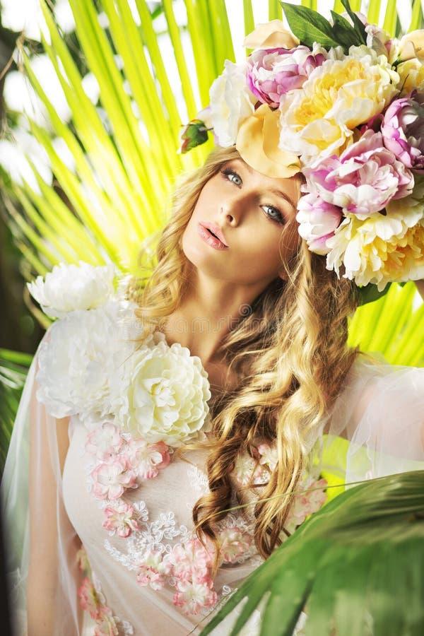 Nätt dam med den blommiga hatten royaltyfria bilder