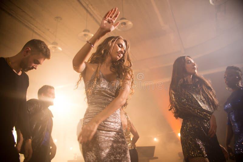 Nätt dans för ung kvinna i klubba royaltyfri foto