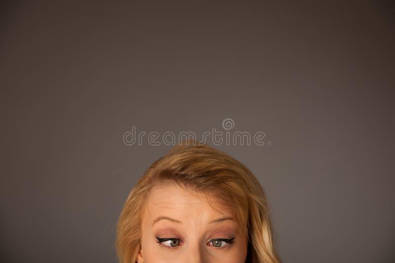 Nätt eftertänksam caucasian blond affärskvinna som ser in i kopia royaltyfri foto