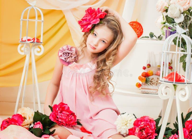 Nätt elegant flicka som poserar i dekorerad studio royaltyfri foto