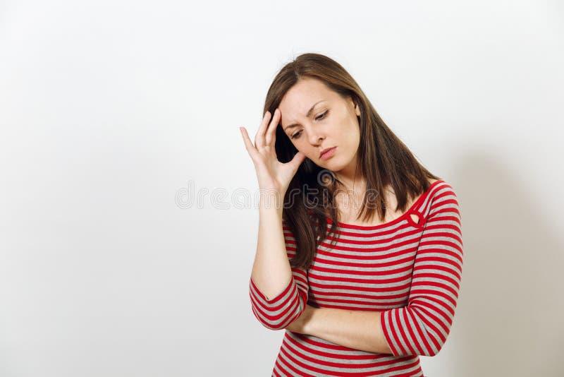Nätt europeisk lycklig brunhårig kvinna med iklädd tillfällig longsleeve för sund ren hud på en vit bakgrund royaltyfri fotografi