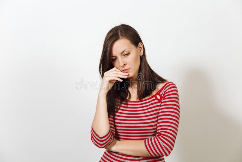 Nätt europeisk lycklig brunhårig kvinna med iklädd tillfällig longsleeve för sund ren hud på en vit bakgrund royaltyfri bild