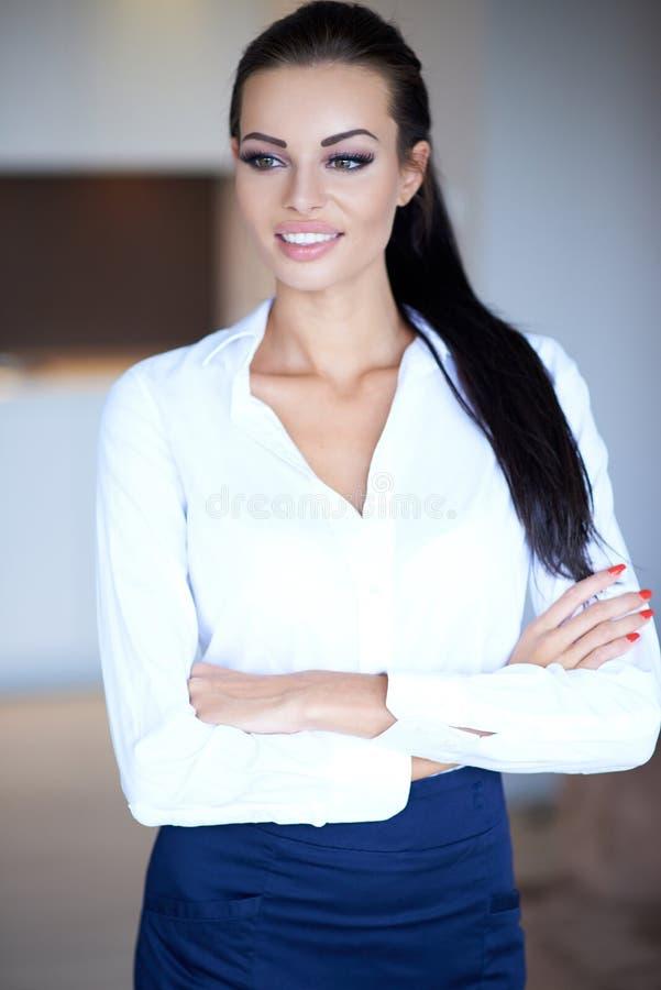 Nätt företags kvinna med korsade armar fotografering för bildbyråer