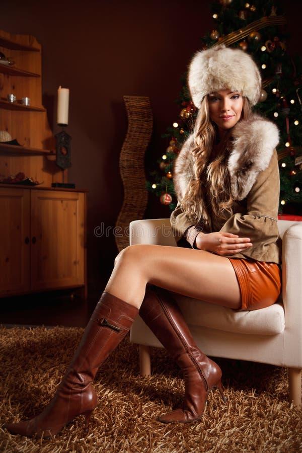 Nätt förmögen kvinna på jul royaltyfri fotografi