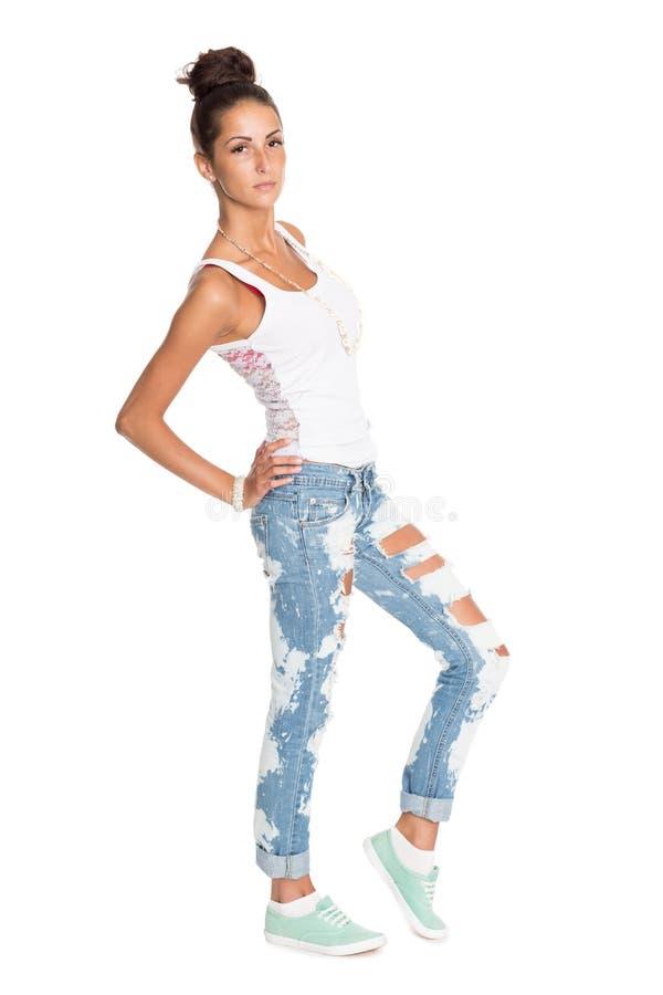 Nätt flicka i stilfull riven sönder jeans arkivbilder
