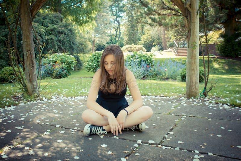 Nätt flicka i trädgård royaltyfri fotografi