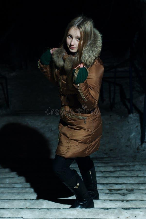 Nätt flicka i vinter på uppför trappan arkivfoton