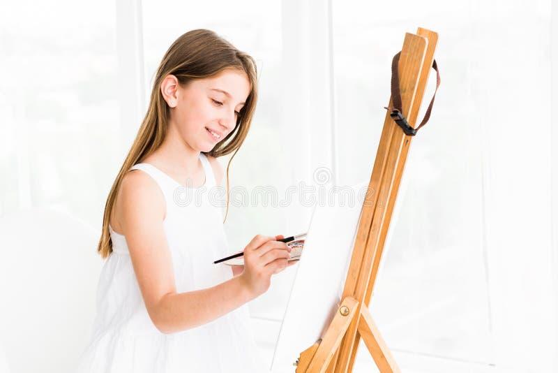 Nätt flicka med borsten i hand royaltyfri fotografi