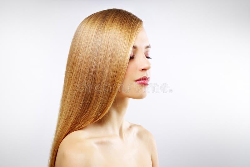 Nätt flicka med rakt hår arkivbilder