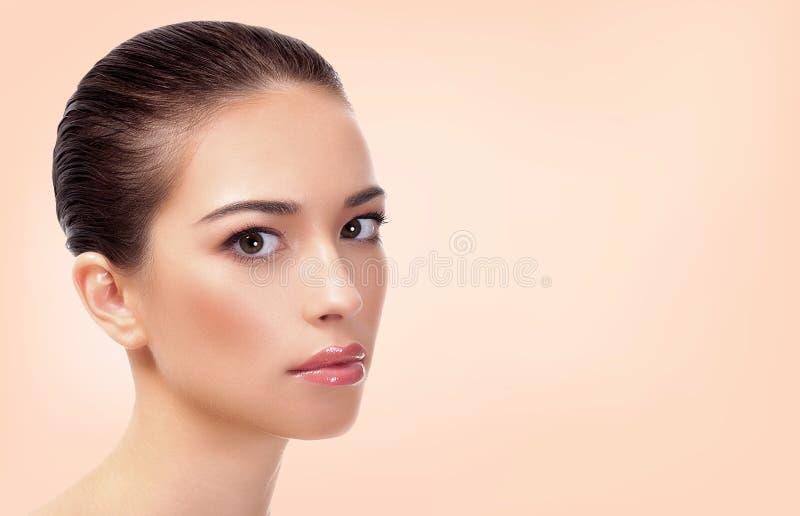 Nätt flicka med ren och ny hud royaltyfria foton