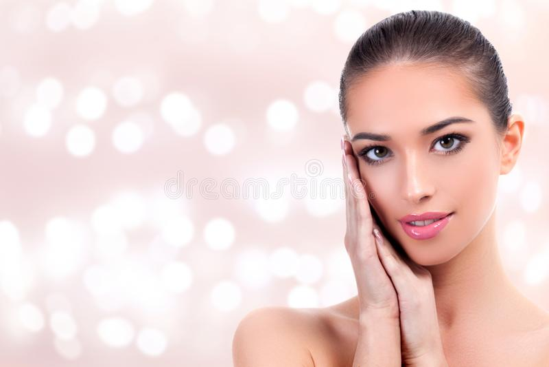 Nätt flicka med ren och ny hud Begrepp för hudomsorg arkivfoto
