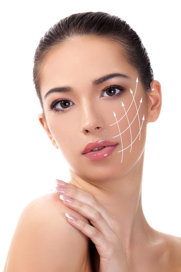 Nätt flicka med ren och ny hud Begrepp för hudomsorg arkivbild